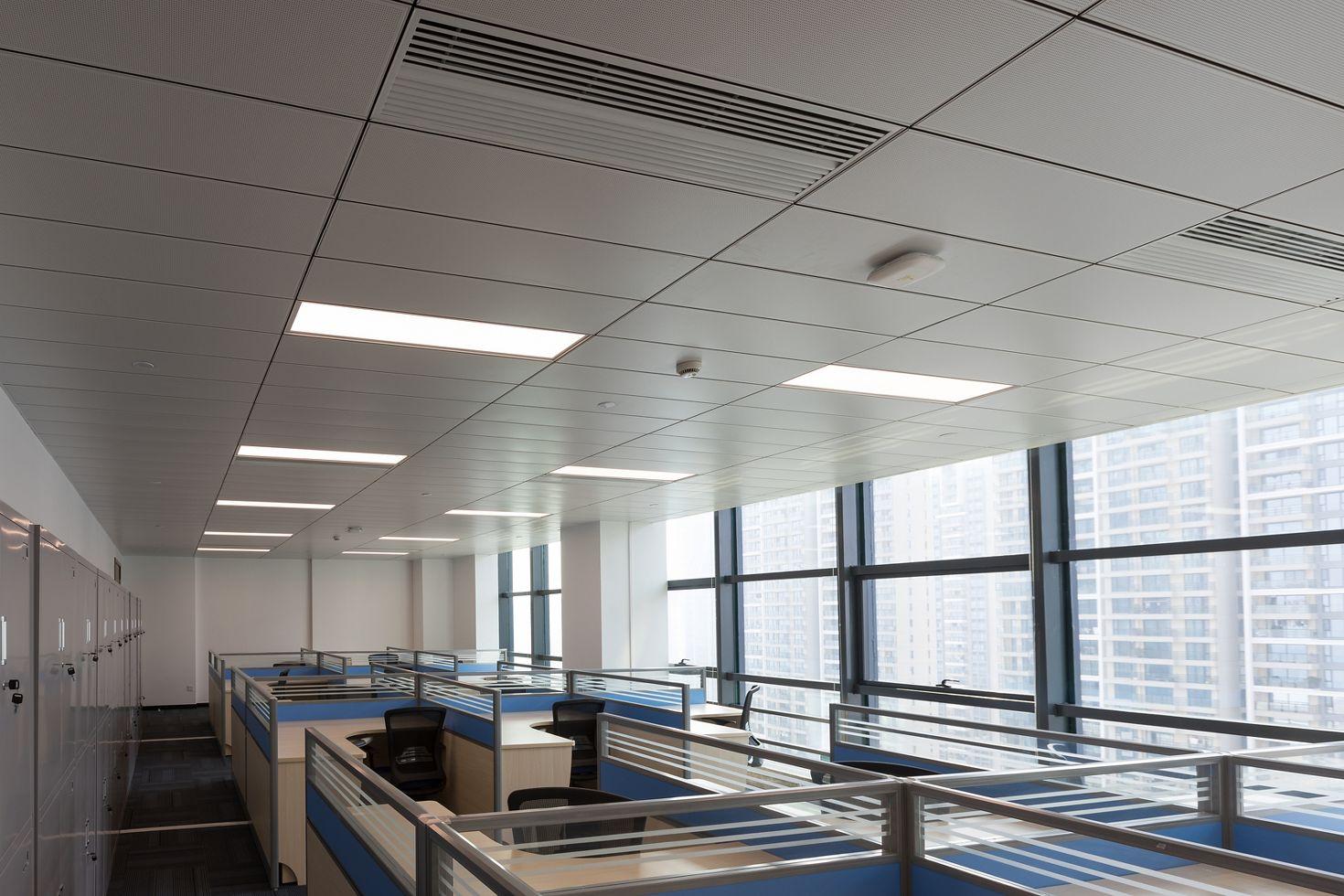 потолок с кассетами Армстронг на подвесной системе Silhouette с кромкой microlook 8