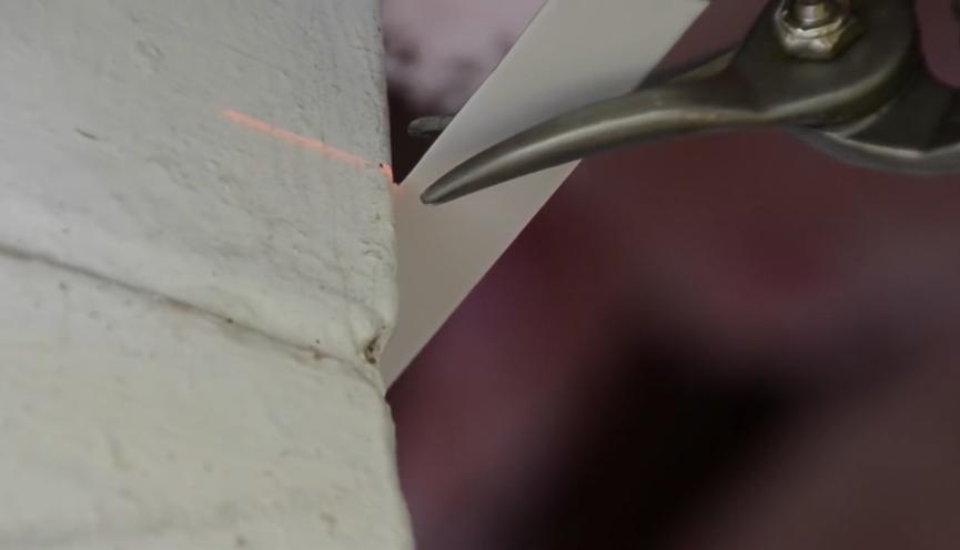 обрезаем угловой профиль для внешнего угла под 45 град